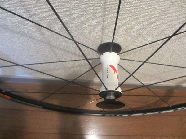 クロスバイクのロード用ホイールの白いハブ