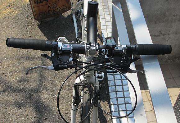 クロスバイクで深い前傾姿勢をとって速度アップ