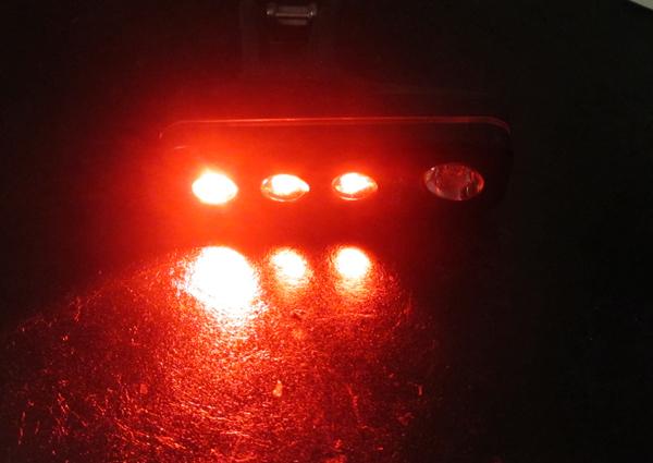 赤い前照灯の自転車