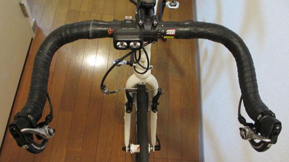 クロスバイクをブルホーン化するためにハンドルにバーテープを巻く
