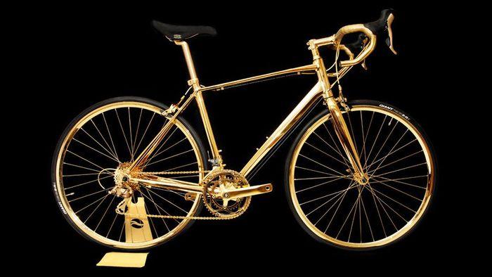 金色のロードバイクのパーツ