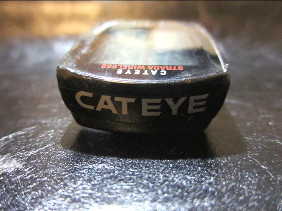 CATEYEのサイコンの裏蓋のキャットアイのロゴ