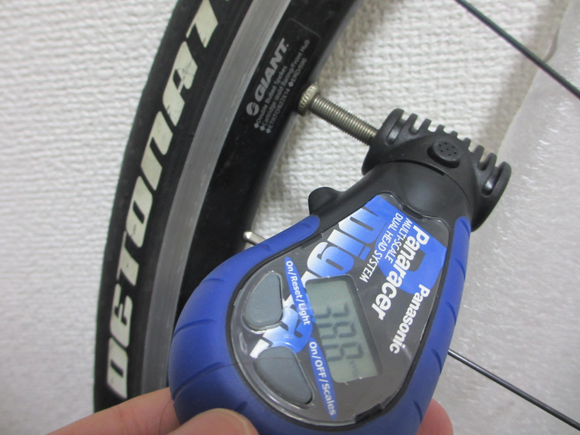 compact bicycle pump airboneで空気を入れる