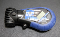 タイヤの空気圧の管理にはPanaracerの デュアルヘッドデジタルゲージが便利