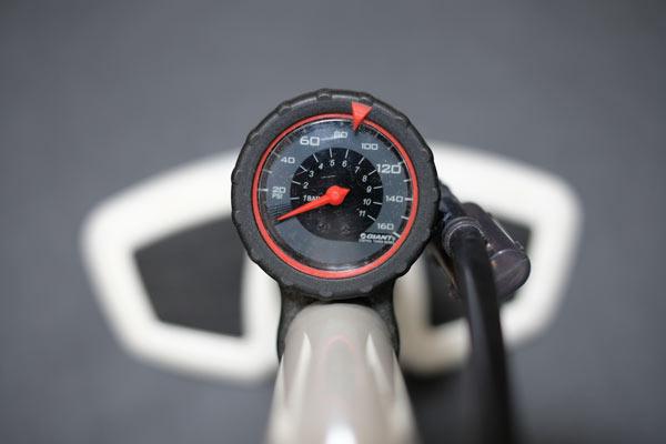 自転車のタイヤ空気圧のチェックにはエアゲージが必須