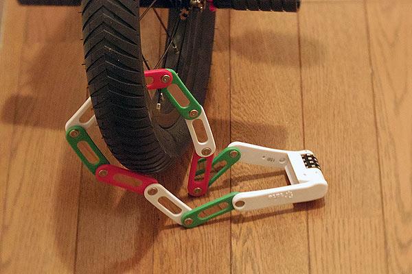 折りたたみ式自転車用の鍵であるフォールディングロック使用