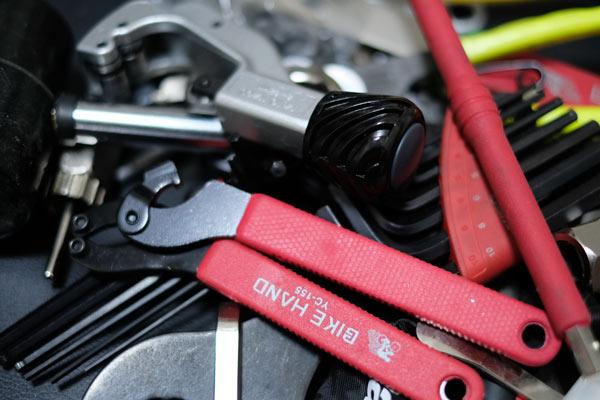 自転車メンテナンスに欠かせない工具類を収納する方法