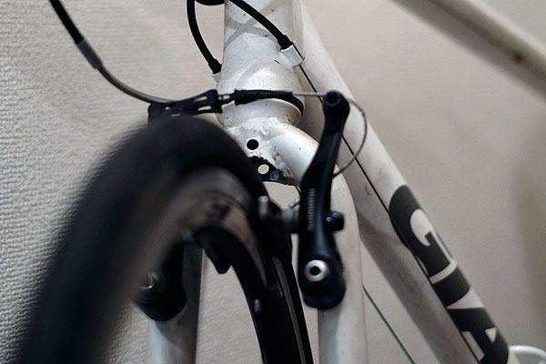 クロスバイクとロードバイクではハンドルやブレーキが違う