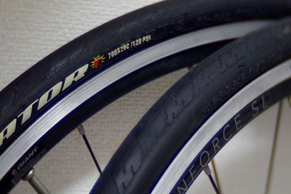 クロスバイクとロードバイクではタイヤが違う