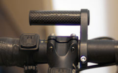 自転車のライトやサイコンの取り付けスペース確保に便利なマウントアダプター