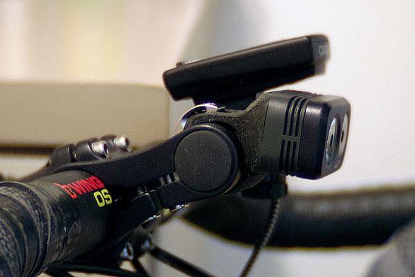 ハンドルにライトやサイコンを取り付けるスペースを確保するマウンター