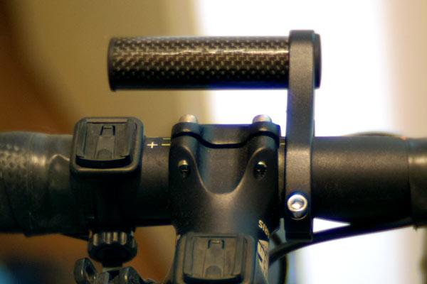 ライトやサイコンを取り付けるスペースを確保するマウンター