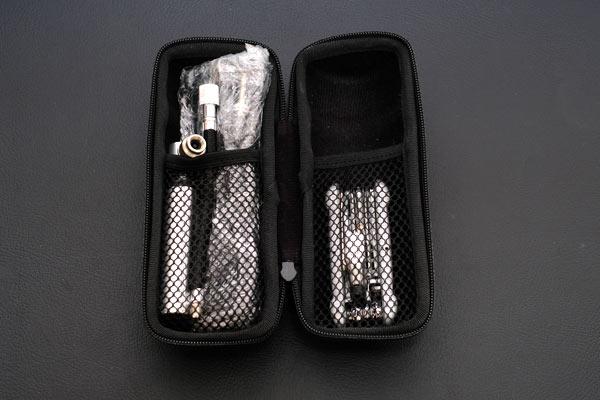 防水ツールボトルに携帯ツールを収納する