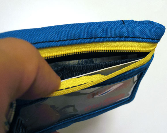 CHUMSのエコキーコインケースにお札を入れる