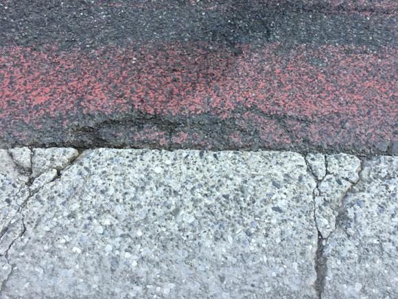 自転車の危険ポイントは車道と路側帯の境目目