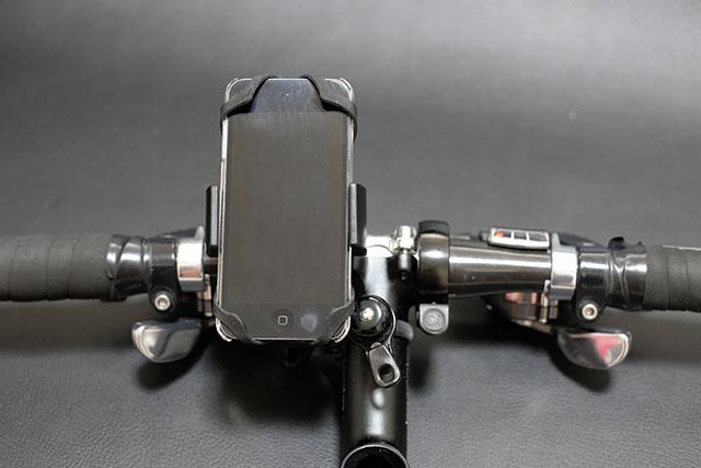 スマートフォンを操作しながら自転車に乗るのは危険
