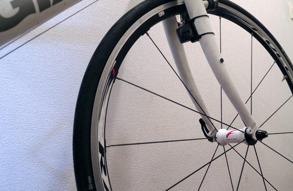自転車の前輪ホイールの左右の向き
