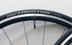 ロードバイクやクロスバイクのタイヤのロゴマークとバルブ位置は揃えた方がカッコ良い