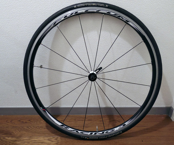 ロードバイクやクロスバイクのタイヤのロゴマークとホイールのバルブ位置を揃える