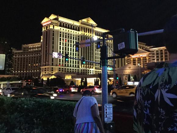 アメリカ・ラスベガスの夜間の街灯などの様子