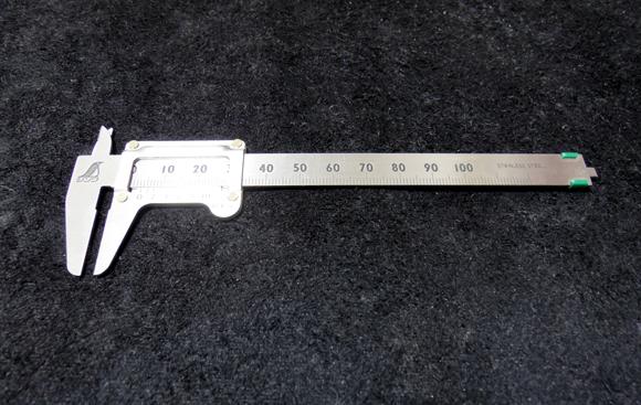 ボルトやネジのサイズをノギスを使って測る