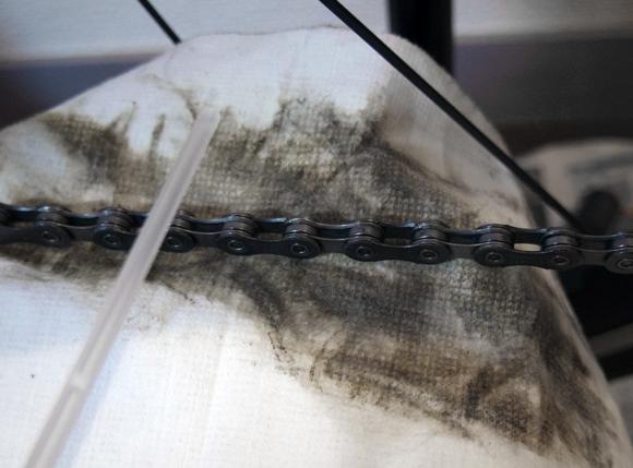 パーツクリーナーを吹き付けると、汚れが浮いてきます