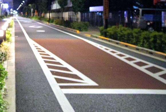 赤色(赤茶)にカラー舗装された道路