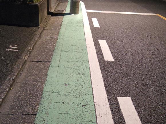 緑色にカラー舗装された道路