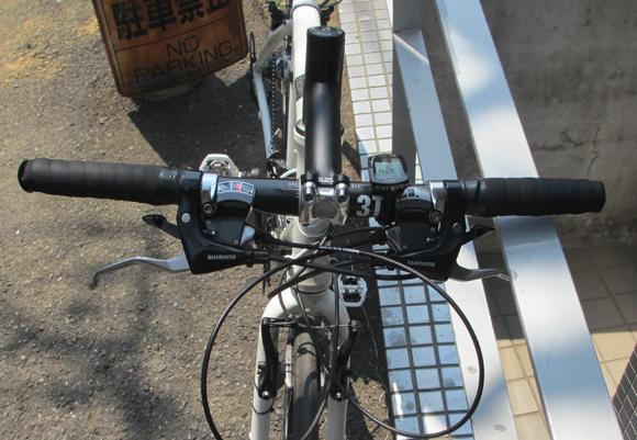 クロスバイクのアルミ製フラットバーハンドルをカーボン製フラットバーハンドルに換えた結果