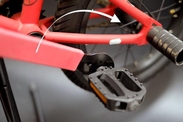 ペダルの軸は進行方向に対して逆に回して緩める