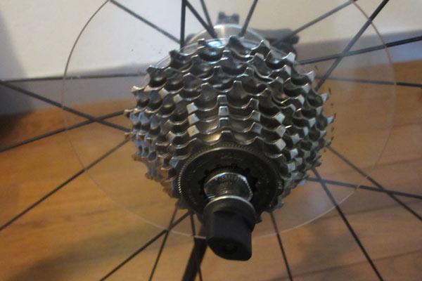 クロスバイクの後輪に備わっている透明な円盤はスポークプロテクター