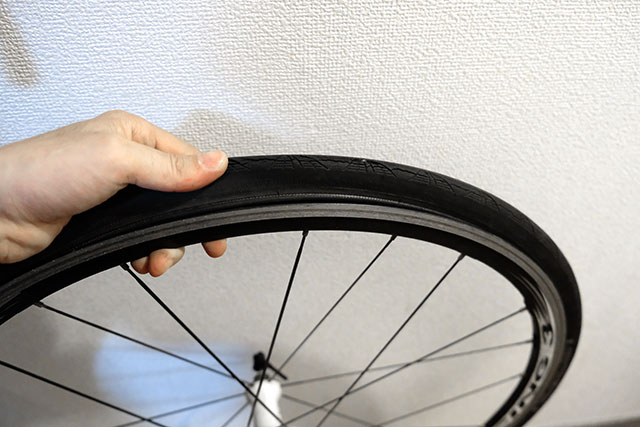 チューブがタイヤに挟まれていないかを確認する