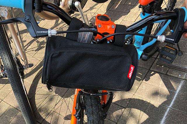 子供用自転車にハンドルバーバッグ