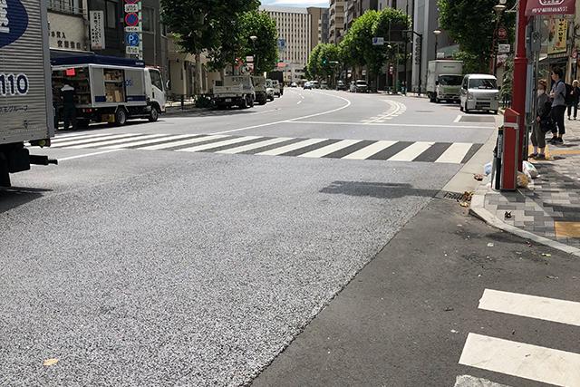 道路がグレーのアスファルト舗装になっている理由