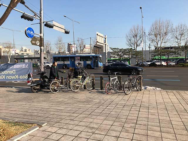 バス停前の駐輪場