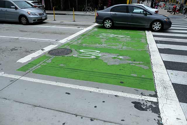 車道で自転車が信号待ちする場合は車列の先頭