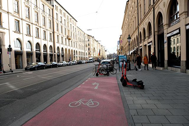 自転車レーンのカラー塗装