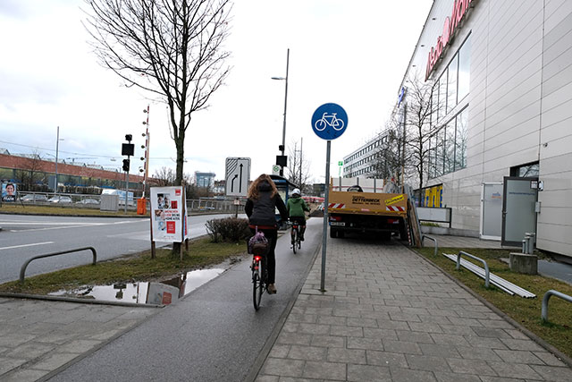 歩道の自転車レーンであっても右側通行が意識されている感じ