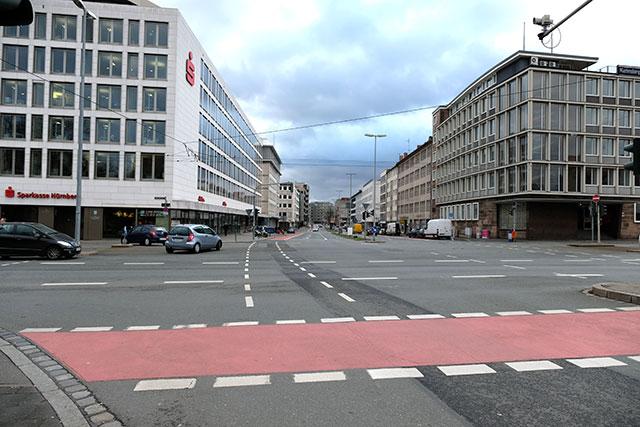 車道の自転車レーンは赤いアスファルト舗装