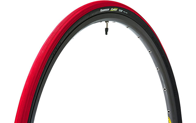 赤いタイヤ